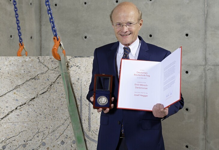 Photo Prof. Hegger with certificate and memorial coin